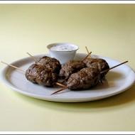 Polpette Marocchine di Manzo (Kefta) Grigliate con Salsa di Yogurt e Menta