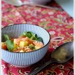 Insalata di Valeriana con Salmone, Ananas, Mango e Granella di Nocciole