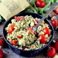 Insalata di Orzo Perlato con Pesto di Rucola, Pomodori Ciliegini e Nocciole Tostate