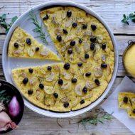 Focaccia di Mais con Scalogni, Olive Taggiasche e Rosmarino