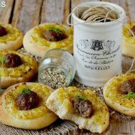 Focaccine alla Birra con Patate, Salsiccia e Fiori di Finocchietto Selvatico