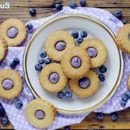 Biscotti al Burro con Cioccolato Bianco e Mirtilli (Blueberry Cream Sandwich Cookies)